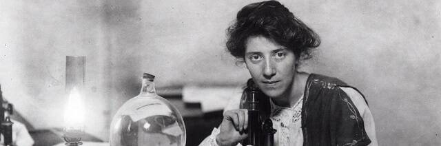 Marie Stopes en su despacho