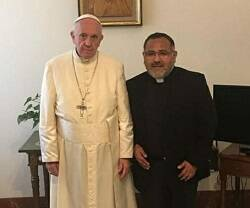 El padre James Flores con el Papa Francisco