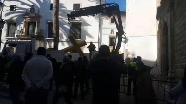 Una alcaldesa comunista retira una cruz protegida en un monasterio que no incumple la ley