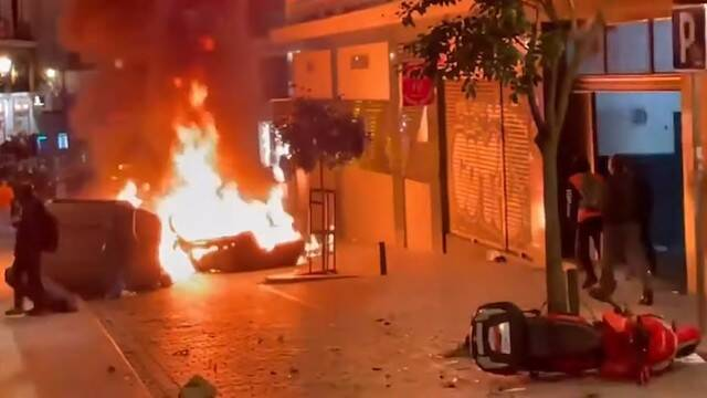 Incidentes violentos, objetos ardiendo en la calle.