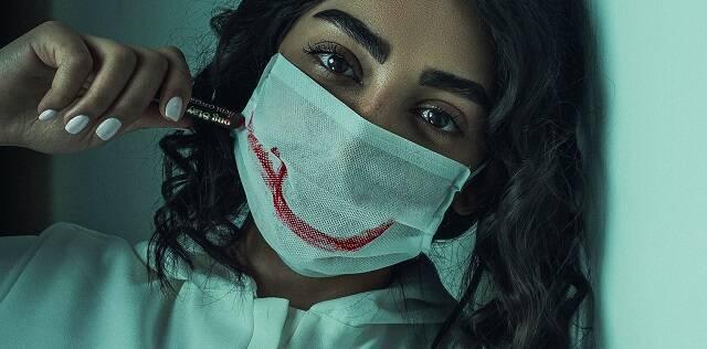 Falsa sonrisa sobre mascarilla - foto de Hamid Tajik para Unsplash