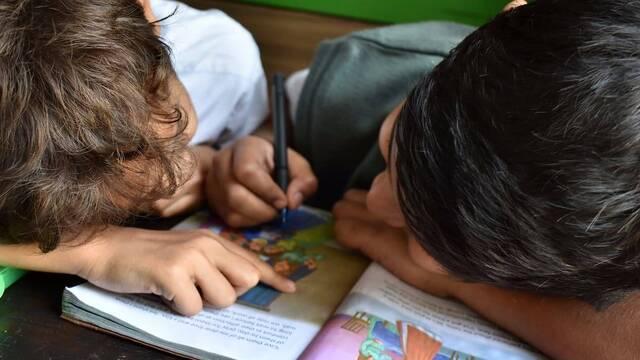 Dos niños dibujando.