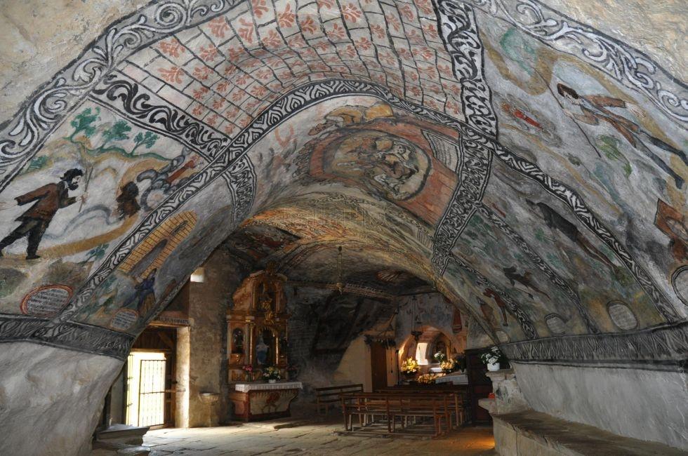 Pinturas, retablo y talla religiosa.