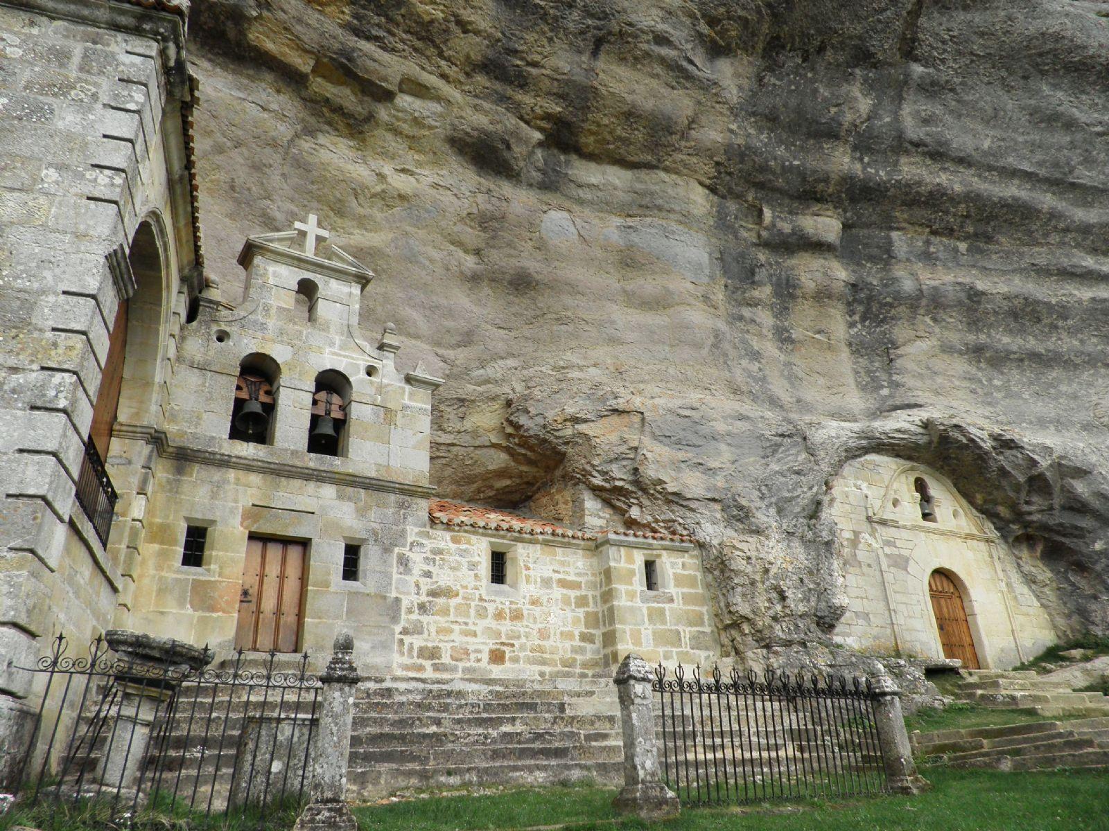 Fachada de la iglesia de San Tirso y San Bernabé.
