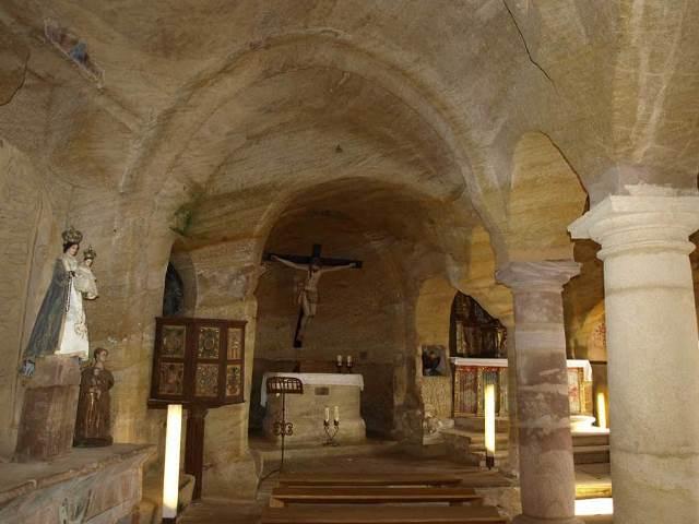 Talla de la Virgen y púlpito.