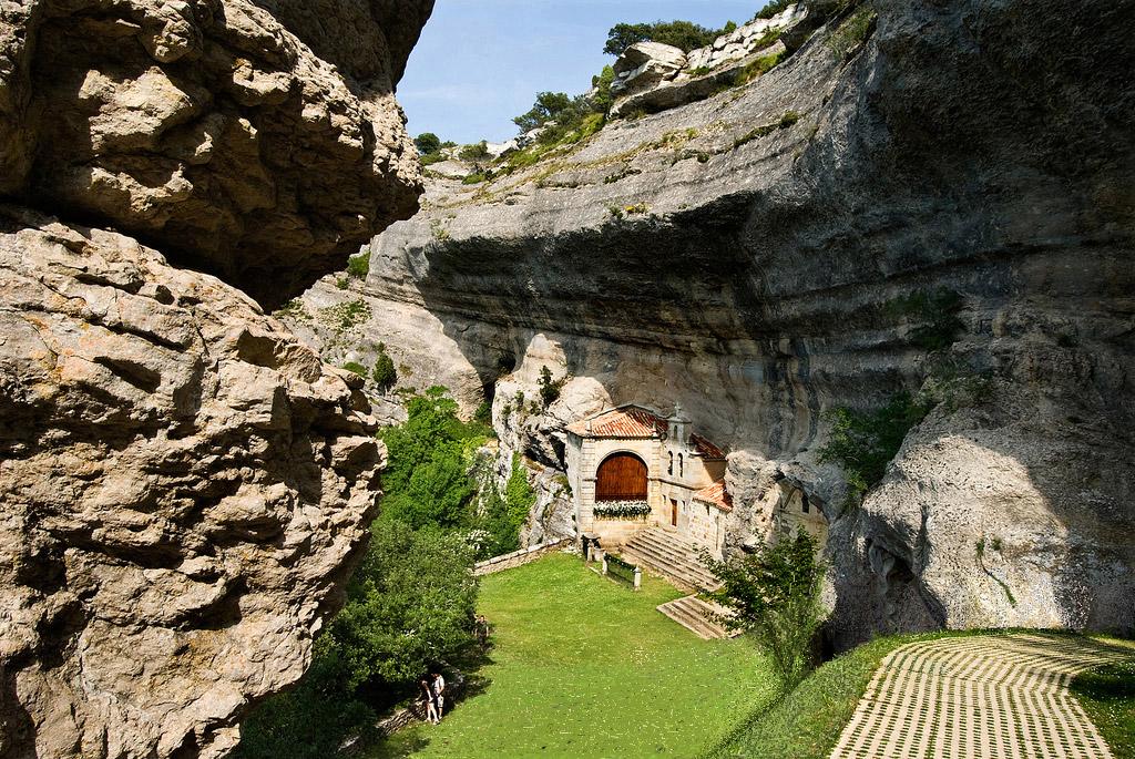 Complejo kárstico en el que se ubica la iglesia de San Tirso y San Bernabé.