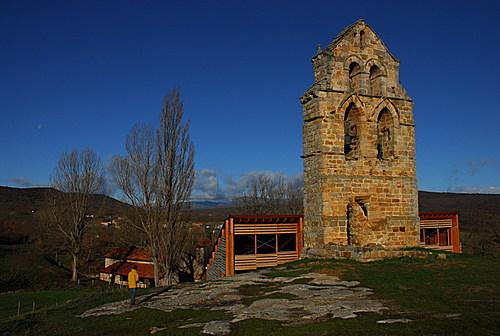 Espadaña (siglo XII) de iglesia de Santa María de Valverde.