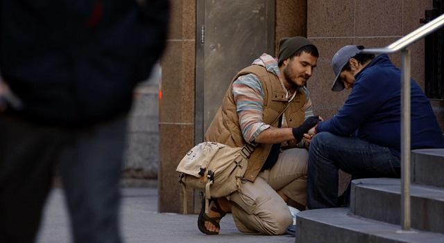 Eric Mahl ayuda a un sin techo.