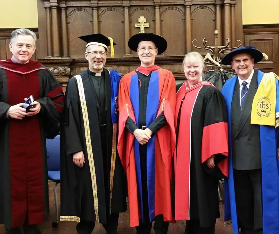 James Martin en Regis College de Toronto, recibiendo un doctorado