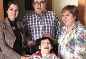 Alicia, junto a sus padres