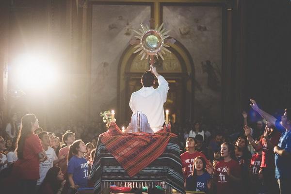 Resultado de imagen de adoracion eucaristica jovenes