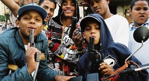 Chavales pandilleros con armas - chicos varones sin padre tienen más riesgo