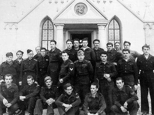 Los prisioneros italianos junto a la capilla.
