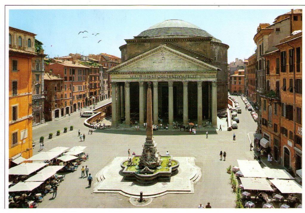 Panteón al fondo de la plaza de la Rotonda